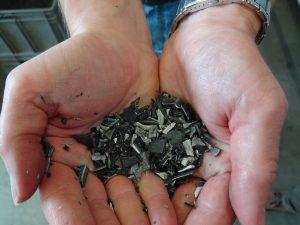 Die Produktionsabfälle werden sortenrein geschreddert und zum Aufbereiten gegeben. Anschließend werden Sie wieder zu Trägerschichten verarbeitet. (Bildquelle: Simone Fischer/Redaktion Plastverarbeiter)