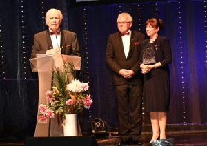 Wolfgang Oehm nach der Preisverleihung mit den beiden Vorständen der Oskar-Patzelt-Stiftung Herrn Dr. Helfried Schmidt und Frau Petra Tröger. (Bildquelle: Oni)
