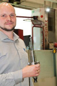 Sören Leinweber und der montierte Wendeplatten-Tonnenfräser. (Bildquelle: alle MMC Hitachi Tool)