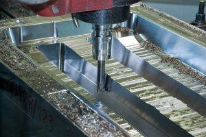Fräsen im XL-Format: Auf der großen Mecof-Fahrständermaschine sorgt der Wendeplatten-Tonnenfräser ebenfalls für enorme Zeitvorteile. Hier der Tonnenfräser beim Abzeilen der Schrägen.