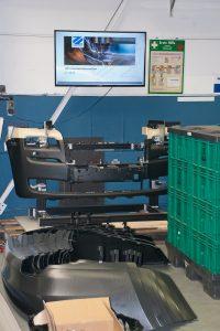 Neben dem Werkzeugbau produziert Zimmermann im Kundenauftrag auch Serien. Im Hintergrund das Mitarbeiterinformationssystem.