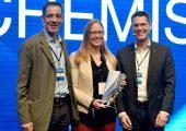 """Gewinnerin Dr. Kimberly See mit Dr. Axel Heinrich, Leiter Volkswagen Group Innovation (re.), und Dr. Detlef Kratz, Leiter des BASF-Forschungsbereichs """"Process Research and Chemical Engineering"""". (Bildquelle: BASF)"""