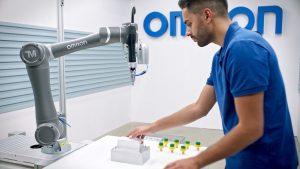 Cobots im Zusammenspiel mit mobilen Robotern werden künftig eine zentrale Rolle spielen, um logistische Abläufe zu rationalisieren. (Bildquelle: Omron)