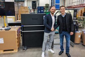 Pressetermin bei Evobus in Neu-Ulm: Gabor Koppanyi (Sintratec) (rechts) und Ralf Anderhofstadt (Daimler). (Bildquelle: Sintratec)