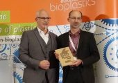 Michael Thielen und Guy Buyle, der den Global Bioplastics Award stellvertretend für Bio4Self annahm. (Bildquelle. Polymedia Publisher)