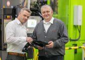 Timothy Schneider (links), Projektleiter bei Roth Plastic Technology, und Dieter Burmeister, Geschäftsführer bei SB Meissner, überprüfen die Reifegrade von Kunststoffteilen im Rahmen der Entwicklung einer Spritzgussform bis hin zur Serienfertigung der Artikel. (Bildquelle: Roth Plastic Technology)