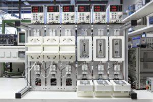 Messaufbau zur gleichzeitigen Messung der Spannungsrelaxation bei sechs verschiedenen Temperaturen.  (Bildquelle: Fraunhofer LBF/Raapke)