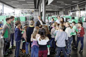 """Im Oktober hatten die """"Fridays-for-future-Kids"""" auf der Weltleitmesse K 2019 bereits Gelegenheit, bei Arburg und dem Verband Deutscher Maschinen- und Anlagenbau (VDMA) in Düsseldorf viele Informationen rund um Kunststoff zu sammeln. (Bildquelle: Arburg)"""