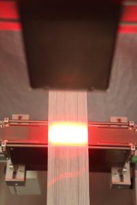 Das Prüfsystem Profil Control 7 Dual Vision detektiert beim Abspulen der Glasfasern die Homogenität der Faserausrichtung, bevor sie mit einem Thermoplast benetzt werden. (Bildquelle: Pixargus)