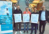 Die drei Absolventen der SKZ-Akademie mit ihren Ausbildern Bernhard Hennrich (links) und Robert Held (rechts) (Bildquelle: SKZ)