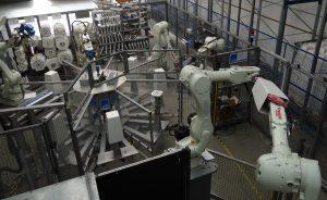 Automation: Die sechs Roboter sorgen dafür, dass der lackierte Topf Label, Bodenschraube und eine Kennzeichnung besitzt, bevor er an die manuelle Qualitätskontrolle und die Verpackung übergeben wird. (Bildquelle: Simone Fischer/Redaktion Plastverarbeiter)