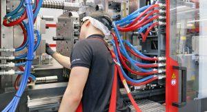 Die Werkzeuge werden täglich gereinigt. Die Holmlostechnik macht diese manuelle Arbeit deutlich bequemer und schneller. (Bildquelle: Engel)