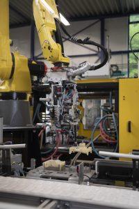 Erstmals hat der Kunststoffverarbeiter einen 6-Achs-Roboter installiert.