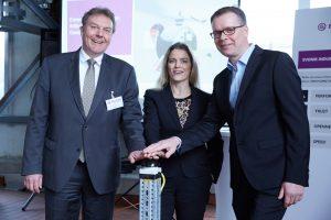 Einweihung der neuen Produktionsanlage in Geeshacht. (V.l.n.r): Olaf Schulze, Bürgermeister der Stadt Geesthacht, Lauren Kjeldsen (Evonik), Mathias Jammer (Evonik). (Bildquelle: Evonik)