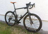 Das Rennrad wiegt inklusive Elektromotor und Akku nur rund 8 kg. (Bildquelle: PFH)