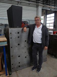 Robert Benker vor dem Werkzeug des Cubico Cottage 30 (B x T x H 29,5 x 29,5 x 56,5 cm). (Bildquelle: Simone Fischer/Redaktion Plastverarbeiter)