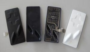 Matte Oberfläche, Rückseite der hinterspritzten Folie, Rückseite des gebondeten Panels mit Poly IC Touchsensor und in mattweißer Ausführung (von links). (Bildquelle: Simone Fischer/Redaktion Plastverarbeiter)