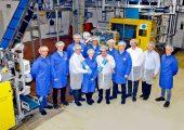 Mitarbeiter der RKW-Gruppe, von Emil Deiss und der Sund Holding freuen sich über die neuen Produktionsanlagen in Echte. (Bildquelle: RKW)