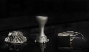 Mit modernen Metall-3D-Druck-Verfahren können Bauteile gefertigt werden, deren Materialeigenschaften gegenüber klassisch zerspanten Erzeugnissen nahezu identisch sind. Als Beispiele dienen das Verdichterrad für einen Abgasturbolader (links), die Venturi-Düse (Mitte) sowie das topologieoptimierte Bauteil aus dem Leichtbau (rechts). (Bildquelle: BAM)