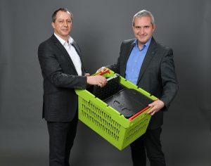 Andresas Mattes (links), Produkt-Designer, und Peter Kerth, Leiter Produktmanagement bei Bito-Lagertechnik, freuen sich über die Auszeichnung für ihren Mehrwegbehälter. (Bildquelle: Bito)