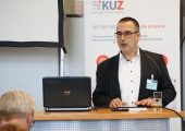 """Dr. Peter Bloß bei seinen Eröffnungsworten der Tagung """"Kunststoff trifft Elektronik"""". (Bildquelle: KUZ)"""