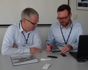 Bastian Häßler und Christoph Ernst (links) diskutieren über die Symbolik im Bereich der Fensterheber. (Bildquelle: Simone Fischer/Redaktion Plastverarbeiter)