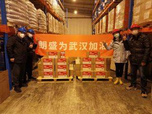 """Die Pakete mit dem Desinfektionsmittel und das Banner tragen den Schriftzug """"Lanxess unterstützt Wuhan"""". (Bildquelle: Lanxess)"""