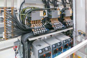 Kompakt integriert: Die Fertigungszellen sind mit E-Flomos und Temperiergeräten ausgerüstet, die seitlich und hinter der Maschine Platz finden.  (Bildquelle: Engel)