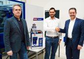 Von links nach rechts: Erhard Fux, Leiter der Wittmann-Schüttgut-Abteilung, Aaron Farrag, Leiter des Produktbereichs Drucklufttrocknung und Formenkühlung, Michael Wittmann, Wittmann-Geschäftsführer. (Bildquelle: Wittmann)