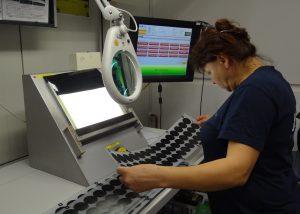 Die Druckbilder werden nach dem Siebdruck alle visuell kontrolliert, um das Hinterspritzen von fehlerhaften Folien zu vermeiden. (Bildquelle: Simone Fischer/Redaktion Plastverarbeiter)
