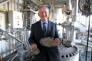 Prof. Bernd Meyer entwickelt einen neuen Vergasungsreaktor, der kohlenstoffhaltige Abfälle verwertet und daraus Synthesegas erzeugt. (Bildquelle: TU Bergakademie Freiberg/IEC)