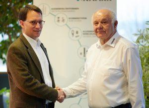 Michael Reichelt, Betriebsleiter Knarr Formtechnik, und Rainer Knarr, Geschäftsführer Knarr (rechts). (Bildquelle: Knarr Unternehmensgruppe)