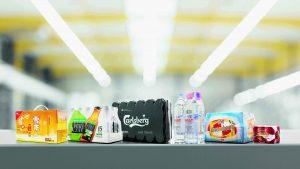 Die neue Verpackungslösung ermöglicht eine umweltschonende Lösung mit Tragegriff, die ganz auf Schrumpffolie verzichtet. (Bildquelle: KHS)