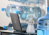 Die Matrix der neuen Halbzeuge besteht zur Hälfte aus Rezyklaten, die aus der Verwertung von Mehrweg-Wasserflaschen aus Polycarbonat stammen. (Bildquelle: Lanxess)