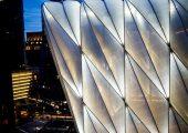 Ansicht auf die beleuchtete Fassade. (Bildquelle: 3M/Shutterstock)