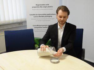 Florian Riedl ist stolz auf die neuwareähnliche Qualität des produzierten Mersalen LDPE NCY-Rezyklats. (Bildquelle: Simone Fischer/Redaktion Plastverarbeiter)