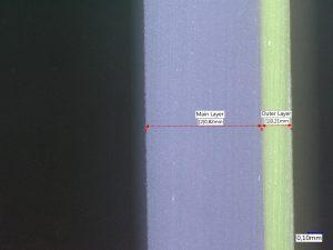 Schnitt durch die Wand der Flasche aus 80 % PCR natur und 20 % Neuware. (Bildquelle: C. Müller)