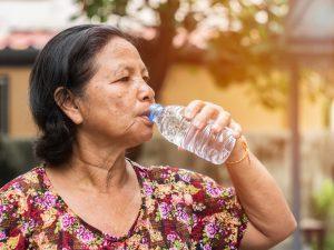 Die Menschen nutzen Flaschenwasser für den persönlichen Konsum. Lei-tungswasser wird hingegen gerade noch für den Haushalt und zum Waschen verwendet. (Bildquelle: yes or no)