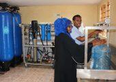 Membranelemente bereiten in dem kenianischen Dorf Burani Rohwasser mit einem hohen Salzgehalt von 4.800 ppm zu Trinkwasser auf. Die Umkehrosmose-Anlage im Wasserkiosk von Boreal Light ist solarbetrieben. (Bildquelle: Boreal Light)