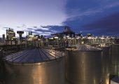 Im Jahr 1983 nahm BASF am Verbundstandort Ludwigshafen ihre erste Produktionsanlage für Polytetrahydrofuran in Betrieb, das das Unternehmen heute unter dem Namen PolyTHF® weltweit vermarktet. Diese erste Anlage war die Basis für eine Erfolgsgeschichte: Mit PolyTHF-Produktionsanlagen auf allen Kontinenten zählt die BASF heute zu den global bedeutendsten Anbietern dieses vielseitigen Zwischenprodukts. PolyTHF wird zur Herstellung von elastischen Spandex- und Elastan-Fasern für eine Vielzahl von Textilien verwendet, darunter Badeanzüge, Sportbekleidung, Unterwäsche und Oberbekleidung. Außerdem dient PolyTHF auch als chemischer Baustein zur Herstellung von thermoplastischen Polyurethanen (TPU), aus denen hochabriebreste Schläuche, Folien und Kabelummantelungen vor allem für die Automobilindustrie hergestellt werden. Weitere Anwendungen sind thermoplastische Polyetherester, Polyetheramide und Gusselastomere zur Herstellung von z.B. Rädern für Skateboards und Inline-Skates. (Bildquelle_ BASF)