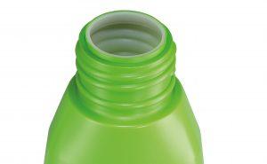 Zweischichtige Flasche aus grün eingefärbter HDPE-Neuware (Außenschicht) und HDPE-Rezyklat natur (Innenschicht). Die Außenschicht macht lediglich 20 % des Gesamtgewichts aus, wodurch im Vergleich zu einer durchgefärbten Flasche Masterbatch gespart wird. (Bildquelle: C. Müller)