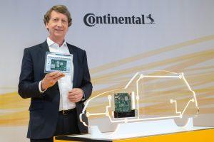 CFO Wolfgang Schäfer mit einem Hochleistungscomputer für das Fahrzeug der Zukunft. (Bildquelle: Continental)