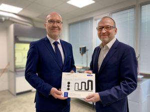 Andreas Moser (links), Marketing Director Formulated Systems – Europe von Bodo Möller Chemie, und Dr. Frank Kukla, geschäftsführender Gesellschafter von CeraCon, freuen sich über die zukünftige Zusammenarbeit. (Bildquelle: Cera Con)