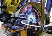 Die Composite-Lösung für den Rohrrahmen mit einem Schaumstoffkern, wird mit Glasfaser umwickelt und mit einem duroplastischen Polyurethan-Harz getränkt. (Bildquelle: Magna)
