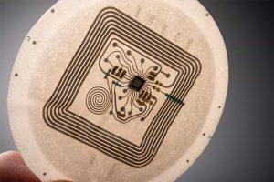 Die Produkte sind für die effiziente Herstellung elektronischer Pflaster von Rolle zu Rolle bestens geeignet. Dabei wird die Elektronik auf eine Folie aufgedruckt und für ein gutes Tragegefühl in thermoformbaren Polyurethanschaum eingebettet. (Bildquelle: Covestro)