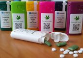 Neben den kindersicheren Tabletten- und Kapselbehältern verfügt das Unternehmen über ein breites Sortiment an Kunststoffverpackungen und -verschlüssen für medizinisches Cannabis.  (Bildquelle: Sanner)
