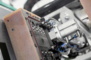 Die Mikroteile aus LSR entstehen in einem 8-fach-Werkzeug, die Anspritzung erfolgt jeweils direkt über ein Kaltkanal-System mit Nadelverschluss. (Bildquelle: Arburg)