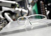 Die hergestellten Uvex-Schutzbrillen werden in Deutschland und der Schweiz über offizielle Stellen an Pflege- und medizinisches Personal verteilt. (Bildquelle: Arburg)