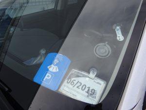 Einsatzmöglichkeiten von Saugnäpfen im Auto: Parkscheibe, Parkscheintasche, Einkaufswagenchip über Knopfsauger befestigt, Parkberechtigung ist an einer Halteklammer befestigt und das Navigationsgerät über eine Saugplatte. (Bildquelle: Simone Fischer/Redaktion Plastverarbeiter)