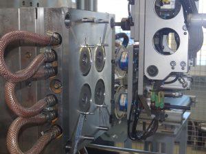 In der vollautomatisierten Produktionszelle von Arburg werden die vier Saugplatten entnommen und zur Kontrolle abgelegt. (Bildquelle: Simone Fischer/Redaktion Plastverarbeiter)
